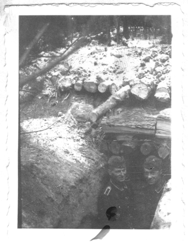 Немецкие солдаты у входа в блиндаж в районе деревни голыхино.